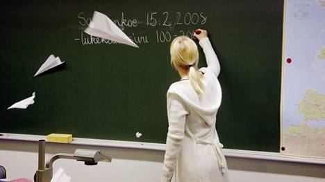 Moni opettaja kertoo olevansa loppu.