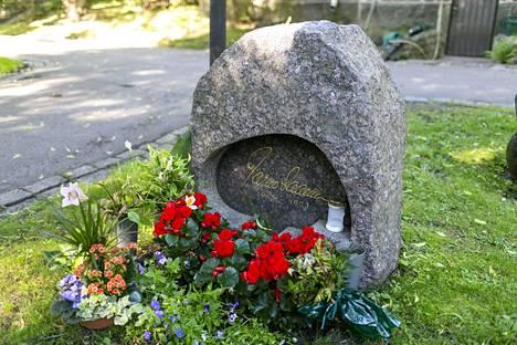 Jarno Saarisen hauta on tavallisena arkipäivänäkin täynnä kukkia. Se on yksi hautausmaan vierailluimpia paikkoja.