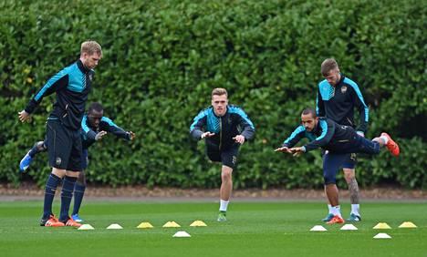 Glen Kamara (toinen vas.) on jo usein päässyt harjoittelemaan Arsenalin ykkösmiehistön kanssa.