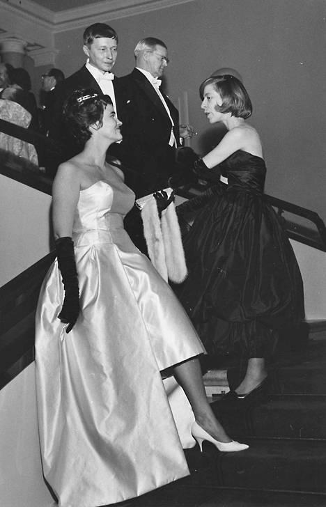 Linnan juhlissa vuonna 1960 vilautettiin säärtä. Nanny Still (vas.), Maggi ja Birger Kaipiainen.