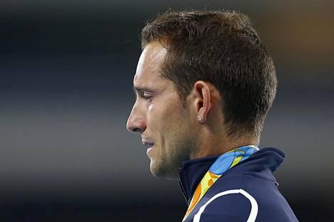 Renaud Lavillenie kyynelehti Rion olympialaisten seiväshypyn palkintojenjaossa.