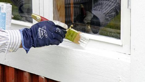 Vanhoissa ikkunoissa riittää ennen maalausta usein hiomista, mutta lopputulos palkitsee.