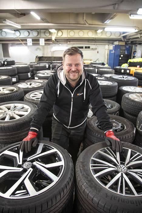 Tapio Siivola menetti koronan seurauksena työpaikkansa kapteenina. Viiden viikon pesti renkaiden siirtelijänä K-Caara Herttoniemen toimipisteessä tuo kaivattua vaihtelua.