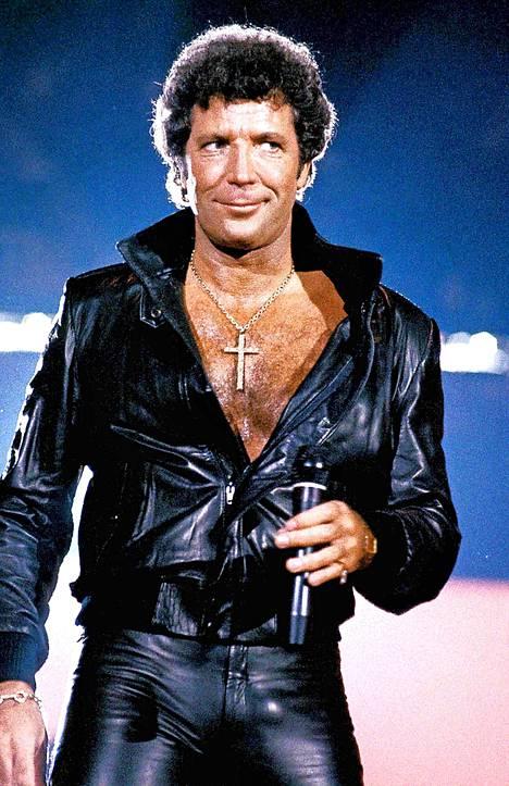 Tom Jones ja karvan verran normaalia avonaisempi paita 1984.