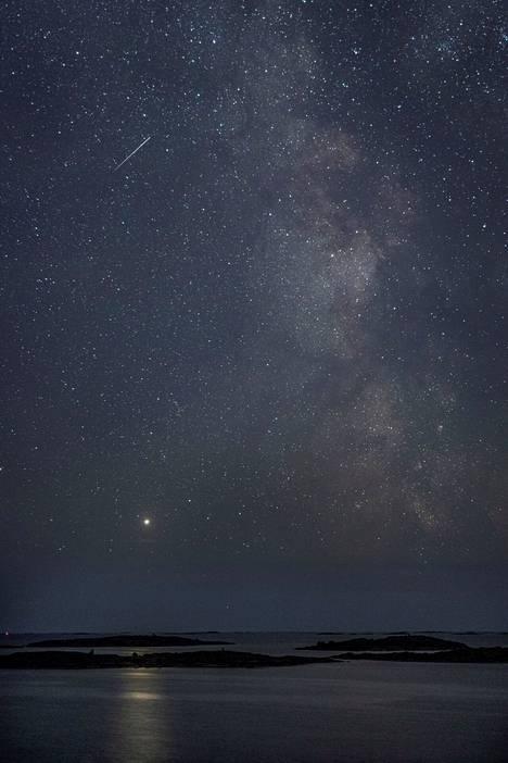 Linnunrata ulkosaaristossa elokuussa 2020. Suomenkielisen nimensä galaksi on saanut muinoin, kun pyhän linnun joutsenen ajateltiin lentävän taivaan halki lintukotoon, missä taivaankansi ja maanpinta kohtasivat. Muuttolintujen ajateltiin myös lentävän talveksi lintukotoon. Kuvassa Jupiter luo merelle siltaa.