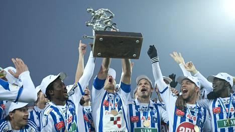 HJK juhli mestaruutta viime syksynä. Nyt kaikki muut haluavat sysätä mestarin valtaistuimeltaan.