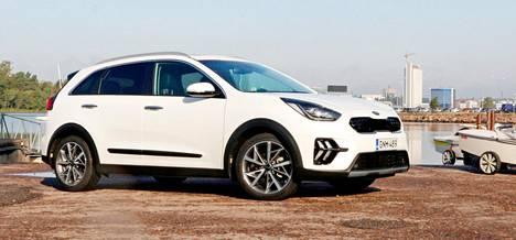 Uudistunut Kia Niro Hybrid : IS:n koeajossa bensiinin kulutus varsin taajama- ja kaupunkipainotteisessa ajossa asettui lukemaan 6,2 litraa sadalla kilometrillä – osittaisesta sähköajosta huolimatta ja osin suuresta rengaskoosta johtuen.