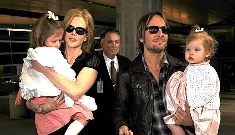 Nicole Kidman ja Keith Urban tyttäriensä Sundayn ja Faithin kanssa.