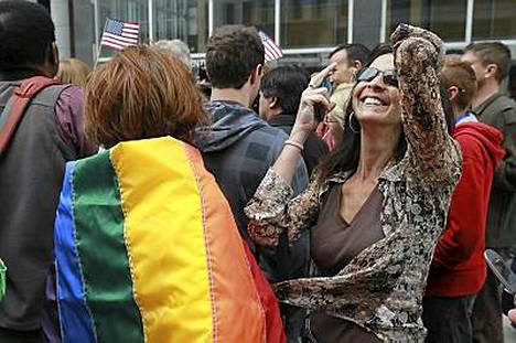 Homoavioliittojen kannattajat juhlivat päätöstä San Franciscossa.