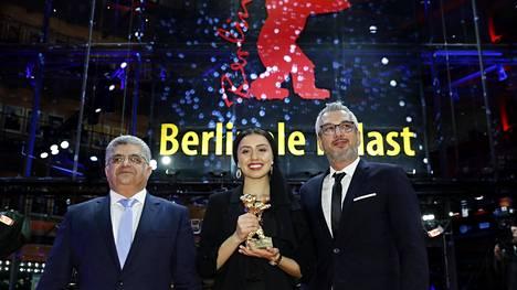 Baran Rasoulof sekä tuottajat Kaveh Farnam ja Farzad Pak poseeraavat Kultaisen karhun kanssa.