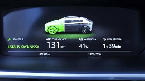 Autoteollisuus on pakotettu valmistamaan EU:n päästövähennystavoitteiden vuoksi entistä vähäpäästöisempiä autoja, ja tällä hetkellä ratkaisu haasteeseen ovat juuri ladattavat autot.