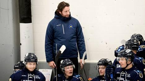 Kim Hirschovits manageroi ja valmentaa Kiekko-Espoota, jonka tähtäimessä on nousta SM-liigaan.