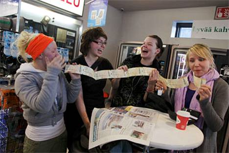 Tuuli Vaskola, Jenni Roivanen, Tytti Hurmekoski ja Hanna Sormunen iloitsivat Madonnan lipuistaan.