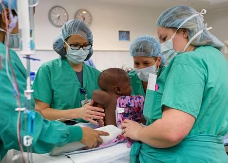 Leikkauksessa vauvan selästä poistettiin sinne muodostunut parasiittikaksosen vyötärö ja jalat.
