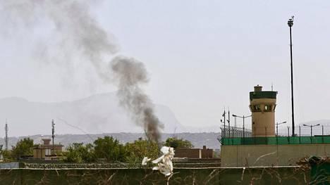 Savupatsaat nousivat Kabulin lentokentän ympäristössä raketti-iskun jälkeen keskiviikkona.