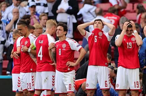 Tanskan pelaajat suojasivat Christian Erikseniä katseilta.