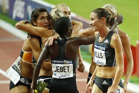 Ruth Jebet sai kilpakumppaneilta onnittelut ME-tuloksestaan.