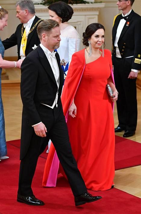 Hanna-Liisa Erkheikki puki Janina Fryn punaisen puvun ja Havu-sarjan hopeiset korvakorut. Vierellä puoliso Janne Kuusela.