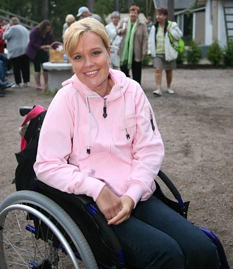 Piia kuvattuna vuonna 2008 Paimion kesäteatterissa. Aivoinfarkti vei hänet tuolloin pyörätuoliin.