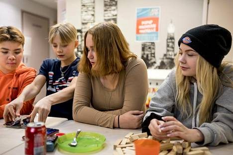 Figo Danlammachag (vas.), Steven Trepp, Rea Syrjäsuo, Roosa Lindman pelasivat perjantai-iltana korttia Kalajärven nuorisotila Rentolassa.