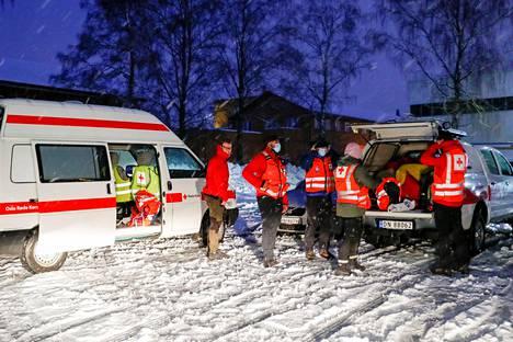 Punaisen ristin pelastajat valmiina avustustöihin.
