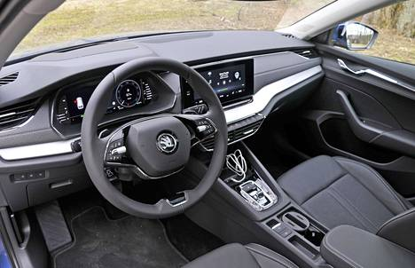 Uuden Octavian ohjaamossa tavoitellaan yhä näyttävämpää yleisilmettä. Ajoergonomia on hyvällä tasolla, säätöjä riittää monen mittaisille ja mallisille kuljettajille.