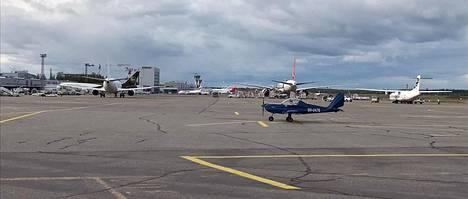 """Pienkoneiden lentäjät haluavat """"tutustua Helsinki-Vantaan lentoaseman toimintaan""""."""