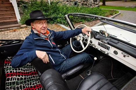 Kauko Sokkasen mukaan ajamiseen kuuluu olennaisena osana kaulaliina.