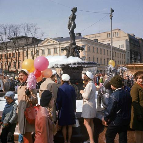 Havis Amandan patsas on perinteisesti lakitettu vappuna Helsingissä. Kuva vuodelta 1970.