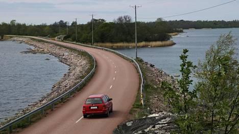 Manner-Suomesta poiketen Ahvenanmaalla autoillessa pitää olla paperisen rekisteröintitodistuksen I-osa mukana.