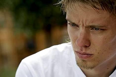 Jukka Keskisalo on pettynyt tilanteeseensa, kun hän ei pääse kilparadalle.