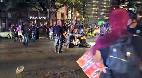 Yksi mielenosoittaja kuoli ampumavälikohtauksessa Austinissa Texasissa.