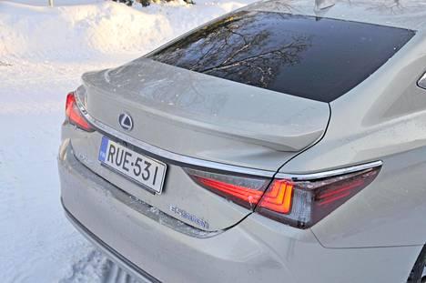 Takakannen päälle on muotoiltu muhkea spoileri, joka saattaa tuoda mieleen taannoiset Chris Banglen BMW-muodot.