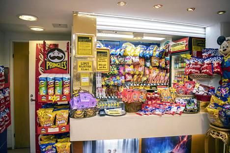 """Kioski on Orvokki Lohmanin valtakuntaa. """"Ollaan haluttu pitää tarjonta runsaana ja kioski näyttävänä"""", Lohman sanoo."""