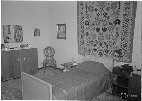Mannerheimin sodanaikaisen yksityisasunnon makuuhuone.