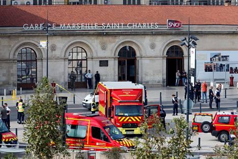 Pelastusajoneuvoja Saint-Charlesin rautatieaseman edustalla hyökkäyksen jälkeen.