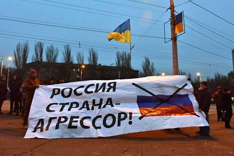 """Mielenosoittajat julistavat Ukrainan Mariupolissa: """"Venäjä on aggressorimaa."""""""