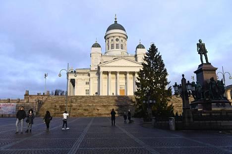Aiemmin Senaatintorilla Helsingin tuomiokirkon edessä oli joulukuusi, mutta ei lunta.