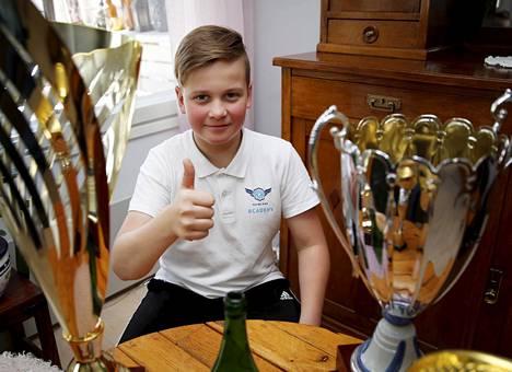 Voittajan hymy. Taponen poseerasi kotonaan Ranskassa saavuttamansa EM-voittopokaalinsa kanssa.