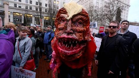 Mielenosoittajat vastustivat presidentti Donald Trumpia hänen virkaanastujaistensa aikana viime tammikuussa. Oikeusministeriö haluaa nyt tietoja mielenosoituksia organisoineelta verkkosivustolta.