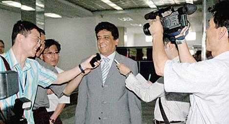 Kansainvälisen atomienergiajärjestön Adel Tolba puhuu toimittajille Pohjois-Koreassa.