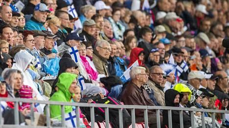 Yleisö nautti Suomen ja Ruotsin yleisurheilumaaottelusta Ratinassa syksyllä 2016.