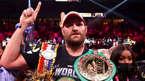 Tyson Fury esitteli Las Vegasissa säilyttämäänsä raskaan sarjan WBC-liiton tittelivyötä.
