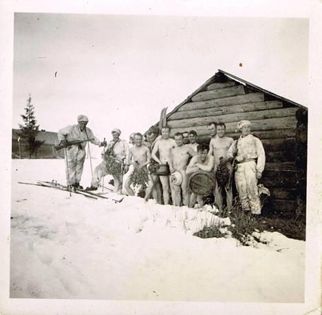 Kaukopartiomiehet saunassa Kellovaaran kylässä.