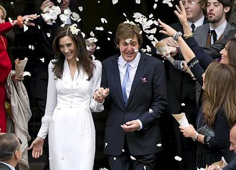Entinen Beatles-muusikko Sir Paul McCartney ja hänen vaimonsa Nancy Shevell vihittiin Lontoossa 9. lokakuuta.