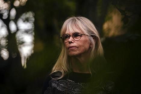 Pirkko Kela kotitalonsa pihalla Vihdissä. Kela menetti puolisonsa vuonna 1985 sattuneessa kolarissa.