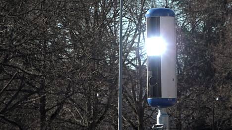 Helsingin Lauttasaaren uusi nopeusvalvontakamera on todellinen superpeltipoliisi. Sen salamavalo välähtää ylinopeutta ajaville varsinkin aamuisin ja aamupäivisin.