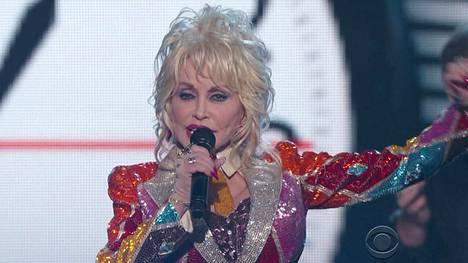 70-vuotias Dolly Parton esiintyi Academy of Country Music Awards -gaalassa huhtikuun alussa.