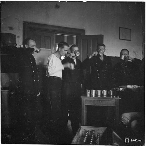 Ilmarisen pelastuneet vietiin samana yönä Utön majakalle, missä heille tarjottiin peltimukista ryypyt.