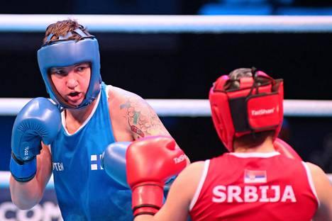 Elina Gustafsson avasi nyrkkeilyn olympiakarsinnat Lontoossa selkeällä voitolla Serbian Aleksandra Rapaicista.